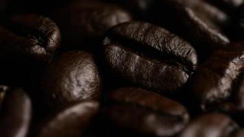 dose rotativa de deliciosos grãos de café torrados em uma superfície branca - grãos de café 020