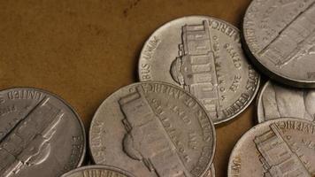 rotierende Stock Footage Aufnahme von amerikanischen Nickeln (Münze - $ 0,05) - Geld 0200