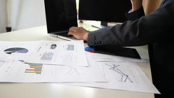 manos de hombre de negocios haciendo análisis de planificación de proyectos empresariales en la oficina. video