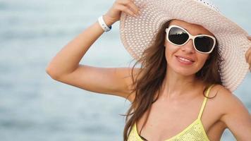 mujer joven, tomar el sol, en la playa video