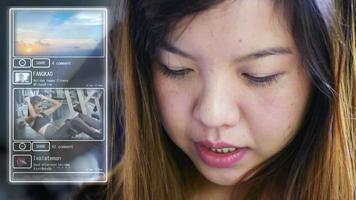 Mulher asiática feliz sorrindo com smartphone netcom social video
