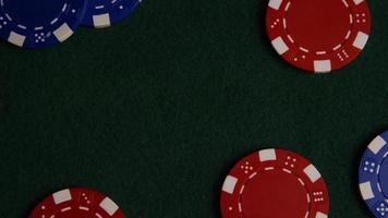 Disparo giratorio de cartas de póquer y fichas de póquer sobre una superficie de fieltro verde - Poker 027