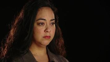 jonge Spaanse vrouw kwetsbaar en verdrietig 1