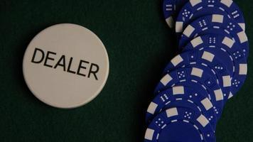 Disparo giratorio de cartas de póquer y fichas de póquer sobre una superficie de fieltro verde - póquer 050