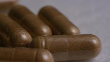 imágenes de archivo giratorias tomadas de vitaminas y píldoras - vitaminas 0130 video