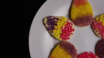 Colpo cinematografico e rotante di biscotti di Pasqua su un piatto - biscotti di Pasqua 004