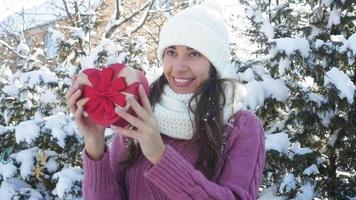 mulher segurando uma caixa de presente de coração