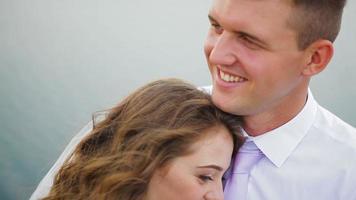 abbracciare lo sposo e la sposa al lago