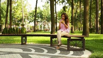 giovane donna con uno smartphone video