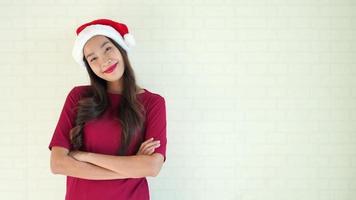mujer joven con un sombrero de santa