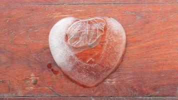 derretimiento del hielo en forma de corazón