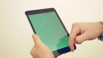 Mann mit iPad-Porträt - Chromakey / Greenscreen bereit 4k