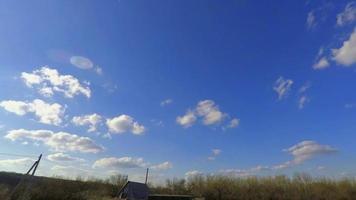 lapso de tiempo de cielo azul y nubes blancas