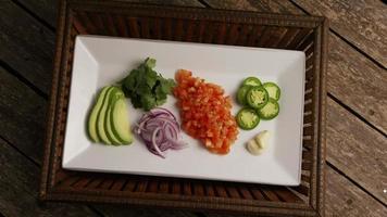 colpo rotante di bellissime verdure fresche su una superficie di legno - barbecue 108