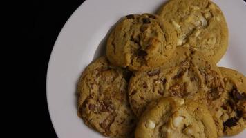 Plano cinematográfico giratorio de galletas en un plato - cookies 376