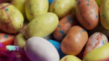 foto rotativa de doces de Páscoa coloridos em uma cama de grama