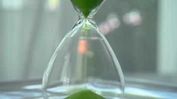 Cerrar reloj de arena vertiendo arena