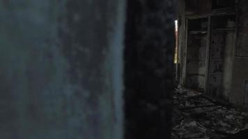 escombros dentro de una casa incendiada