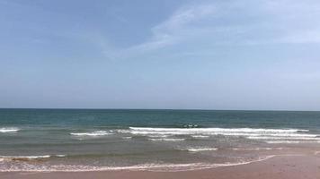 bela vista do mar com céu azul video