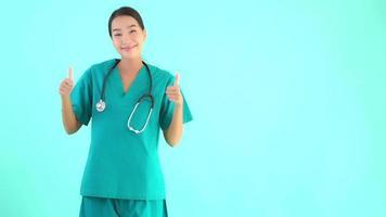 jovem médica asiática sorrindo sobre fundo azul