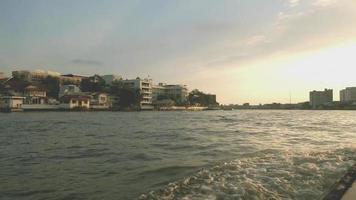 Bootfahren auf einem Boot am Chao Phraya River video