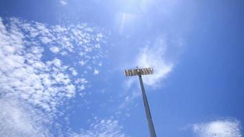 luces del estadio en un fondo de cielo azul