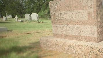 um close de uma lápide em um cemitério video