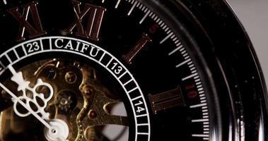close-up extremo de relógio de bolso com maquinaria exposta chegando por trinta segundos em 4k video