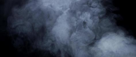 weiche Textur des weißen Rauches, der mit Deckenbeleuchtung in 4k schwimmt