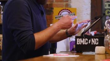 camarero usando ipad para escribir tarjeta de crédito | material de archivo gratis