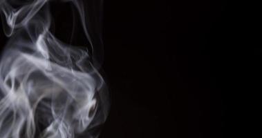 close-up extremo de fumaça branca criando redemoinhos e espirais em pontos focais focalizados e borrados em 4k