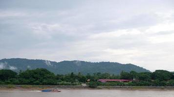 barco navegando en el río video