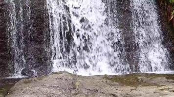 detalhe de pequenas pedras de cachoeira e rio video