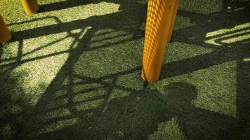 sombras de niños jugando en el patio de recreo video