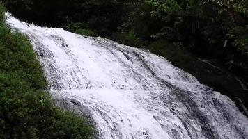 pequena cachoeira de dois níveis video