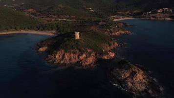 volando verso una torre genovese all'alba in 4K