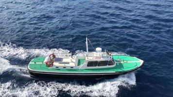 barco en el mar en 4k