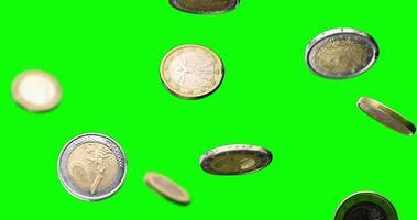 moedas de euro caindo em câmera lenta tela verde video