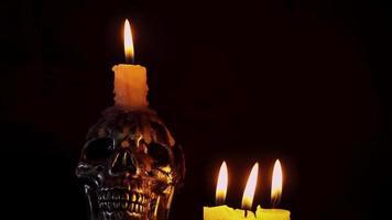 calavera con velas en atmósfera oscura