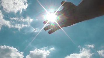 rayos de sol que se filtran a través de los dedos del anciano