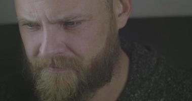 el rostro de un hombre barbudo