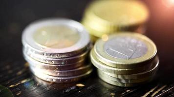 moeda de euro na mesa de madeira - conceito de poder financeiro, close up dolly shot