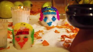 Crânes de sucre et pétales de cempasuchil en offrande mexicaine