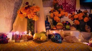 oferta tradicional mexicana com caveiras coloridas video