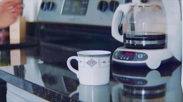 jeune femme verse une tasse de café avec du sucre