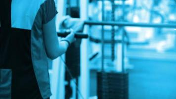 Frau, die mit einem Gewichtsturm trainiert. Fitness-Frau, die auf Kernmuskeln im Cross-Fit-Fitnessstudio herauskommt. video