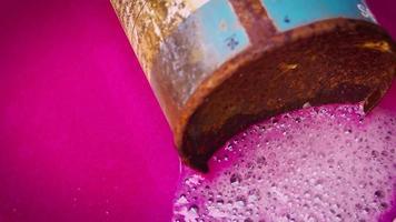Lata de pintura en aerosol oxidada vieja