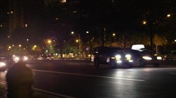 foto noturna de faróis de carro rápido com post em primeiro plano