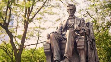 Cerca de la estatua de Lincoln sentado en Grant Park Chicago
