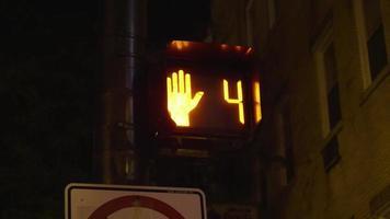 foto noturna de contagem regressiva do semáforo de pedestres